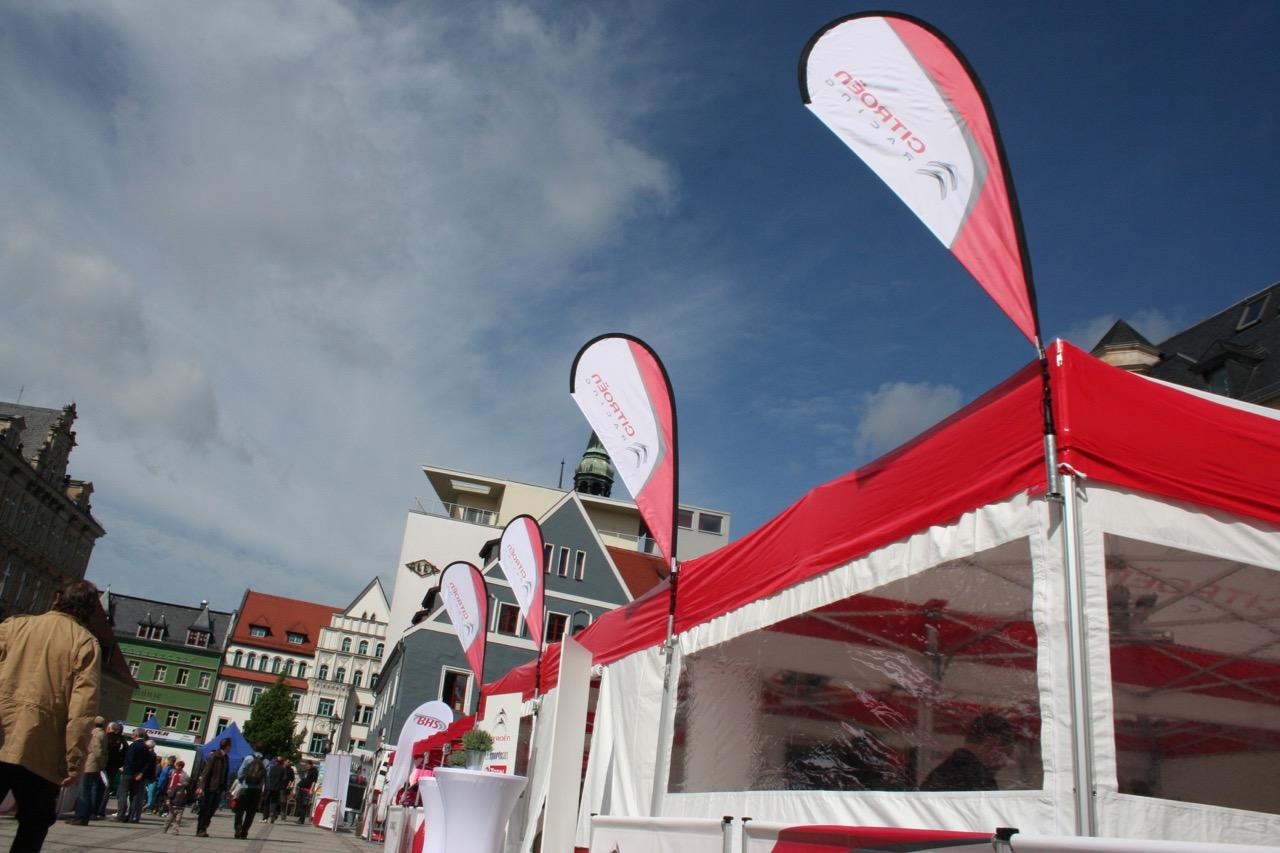 Eventzelte-Seitenwand-mit-Fenster-Easydome-XP-Beachflag-Easyflag-Mini-Innenstadt-Blauer-Himmel