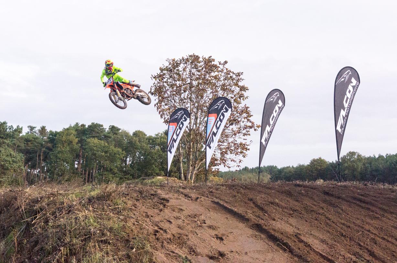 Falcon-Motorsport-Motorcross-Team-Jeremy-Sydow-springt-über-Rampe-vor-Beachflags-Easyflags-Drop