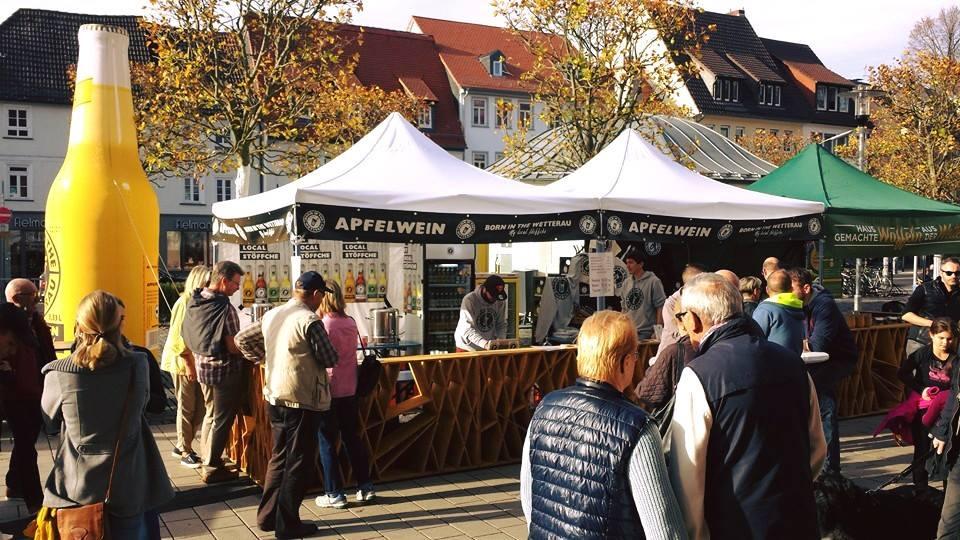 Friedberger-Markt-Eventzelte-Easydome-S-XP-weiß-Aufblasbare-Flasche- Easy-Inflate-AD-gelb-Hessischer-Apfelwein-Kundschaft
