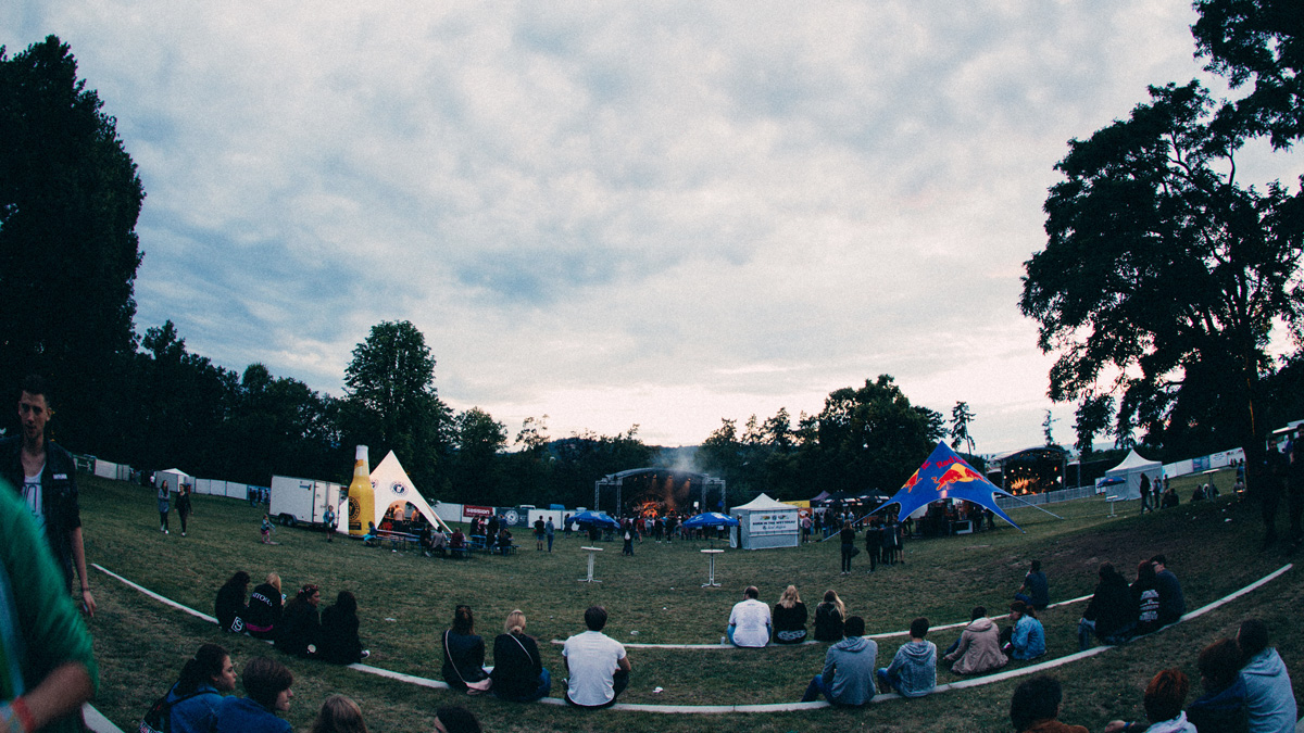 Goldsteinpark-Bad-Nauheim-Festival-Zelt-Starfull-Aufblasbare-Flasche-Apfelwein-Easy-Inflate-AD