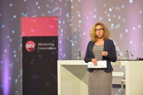 Marketing-Präsentation-Bühne-Rednerin-im-Hintergrund-Aufsteller-Roll-Up-Easymag