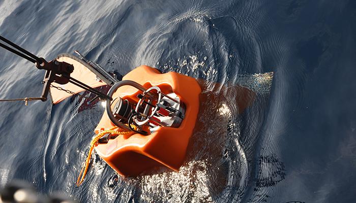 Seismologisches-Messgerät-im-Wasser-liegend-mitBeachflaf-Easyflag-Micro-senkrecht-ausgefahren