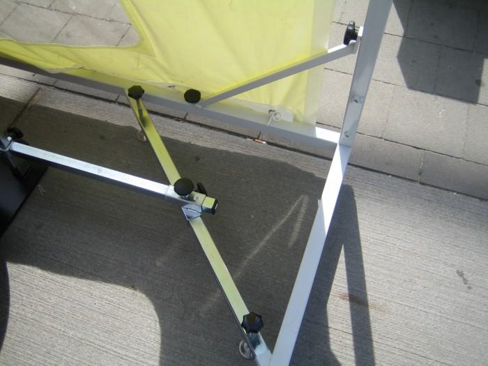Untere-Ecke-der-Autotasche-Konstruktion-ist-an-das-Auto-anpassfähig