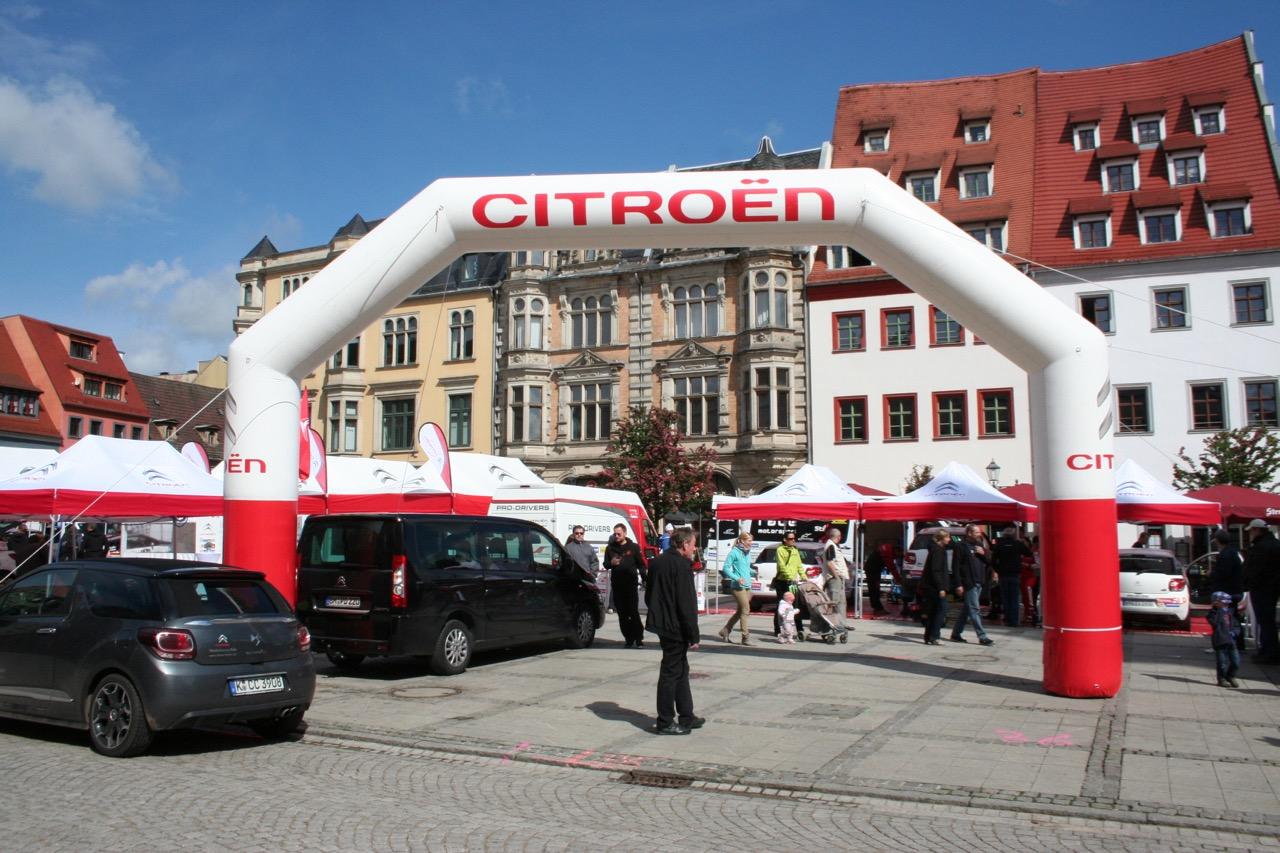Stadt-aus-Zelten-Weiße-Dächer-Eventzelte-Easydome-XP-Ralley-Aufblasbarer-Torbogen-Blow-up-Easy-Inflate-AD-Blauer-Himmel-Altstadt-Innenstadt