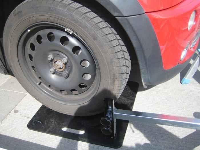 Auto-steht-auf-Bodenplatte-die-verschweißt-mit-Taschen-Gestell-ist